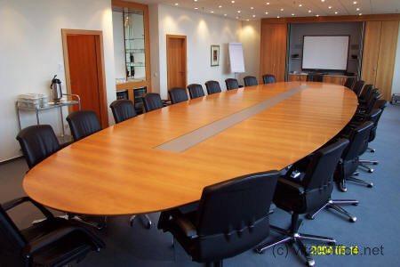 Konferenztische der S-Klasse für den Vorstandsbereich mit Medientechnik - Vital Office Qualität ...